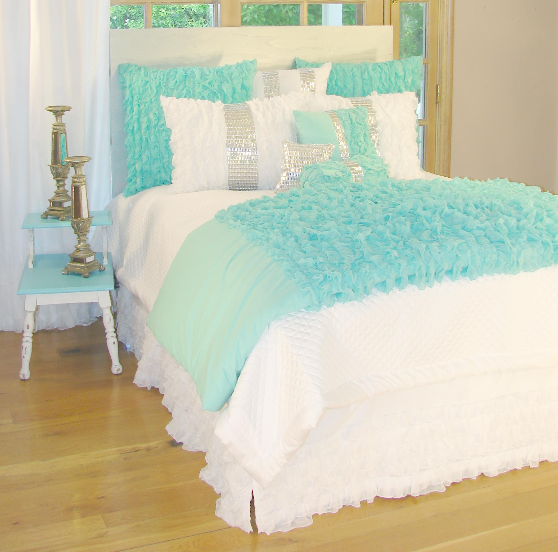 Glitz and glamour turquoise bedding interiordecorating for Bedroom ideas aqua